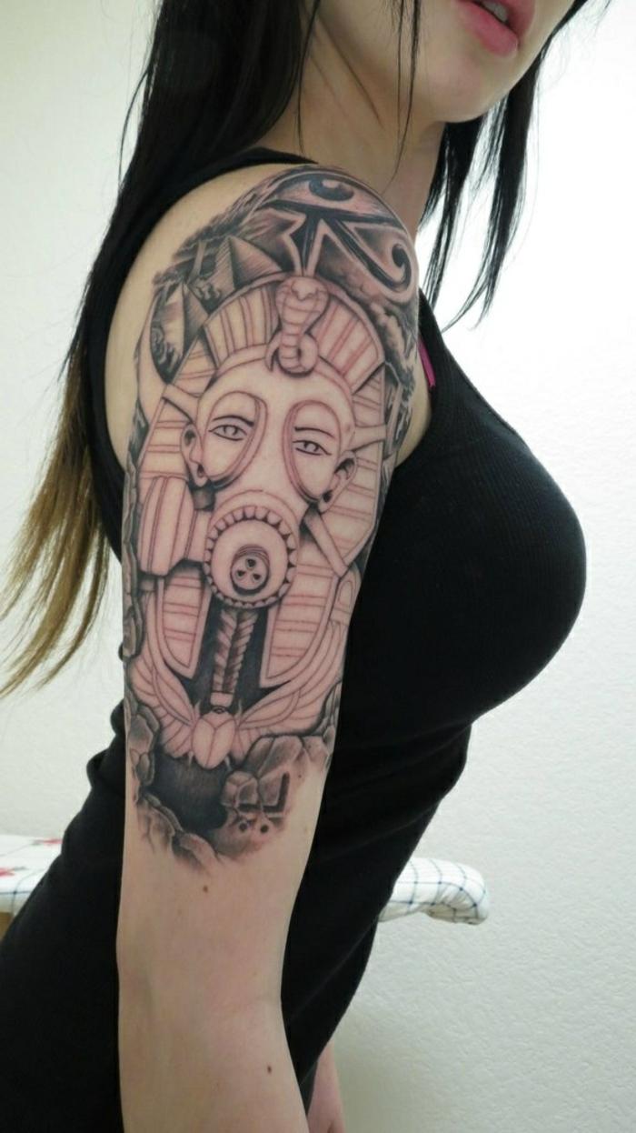 tatuaje brazo entero mujer, simbolos egipcios en los tatuajes modernos, coloridos diseños de tattoos en el brazo y el antebrazo