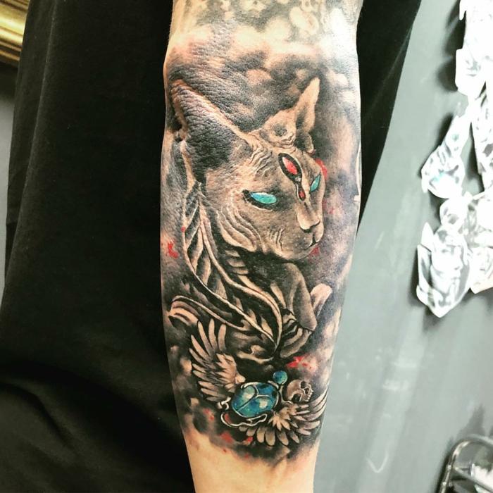 tatuajes de gatos cargados de simbología, diseños de tattoos egipcios, grandes tatuajes en el brazo y el antebrazo