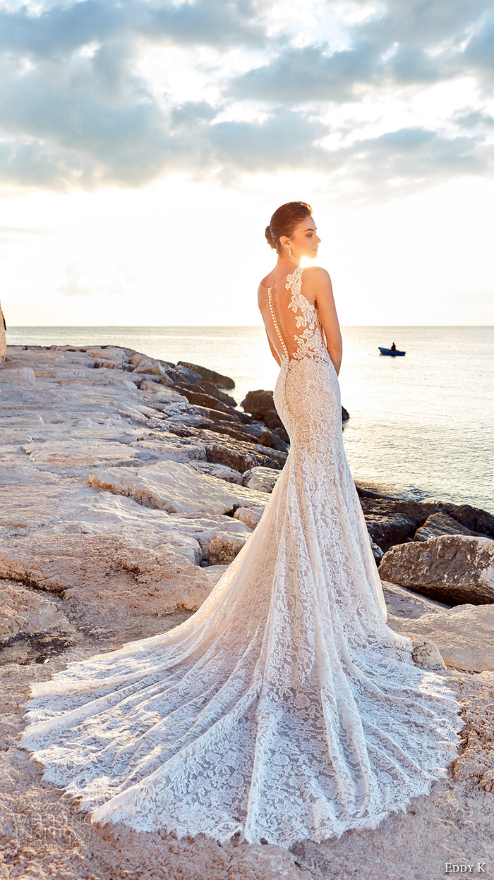 los mejores diseños de vestidos novia 2019, precioso vestido de encaje blanco, espalda con ornamentos y botones blancos