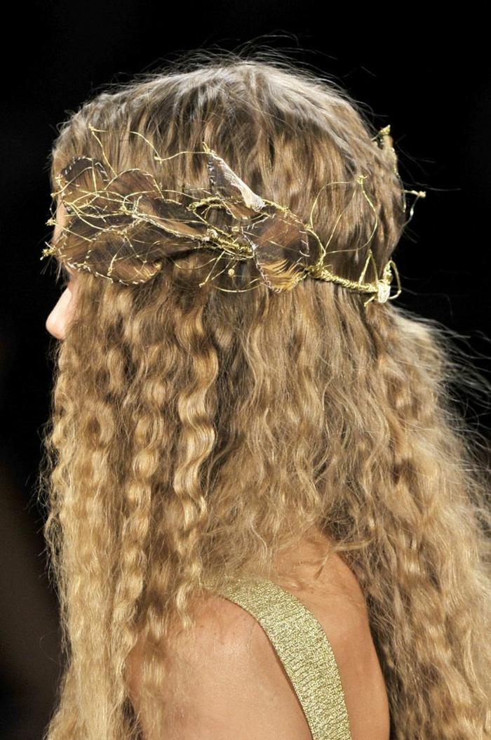 peinados románticos y modernos para tu día especial, ideas de peinados medievales pelo suelto, melena rizada con bonita corona
