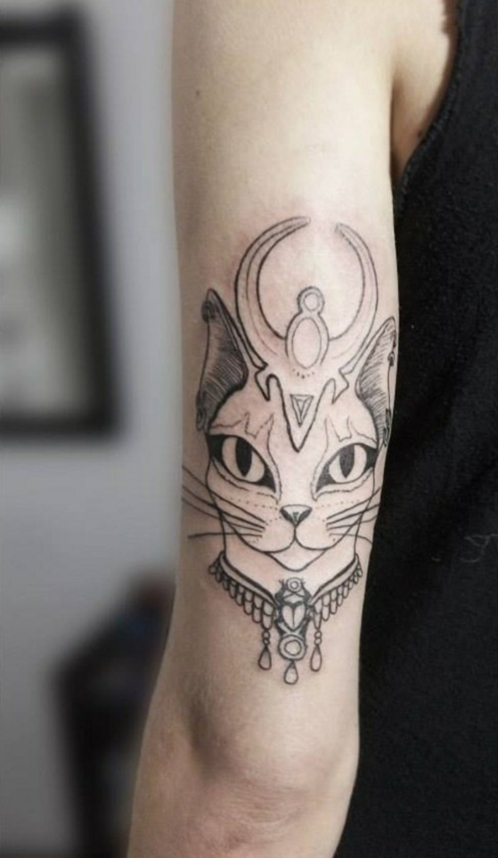 tatuajes de gatos egipcios, diseños de tatuajes en el brazo y el antebrazo que inspiran, geniales propuestas de tattoos egipcios