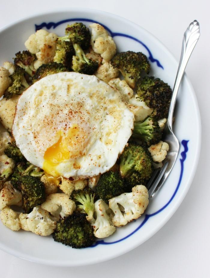 brócoli y coliflor cocidos con huevos fritos, ideas de comidas para adelgazar originales, platos ricos en nutrientes y sanos