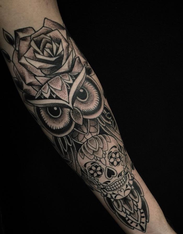 tatuajes en estilo old school, ejemplos de tatuajes para hombres en el brazo, tatuajes de rosas, búho, calavera, motivos vintage