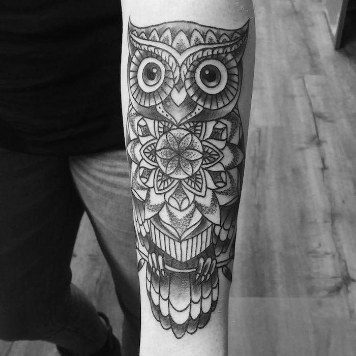 preciosos diseños de tatuajes para hombres en el brazo, tatuaje búho con elementos geométricos, diseños originales