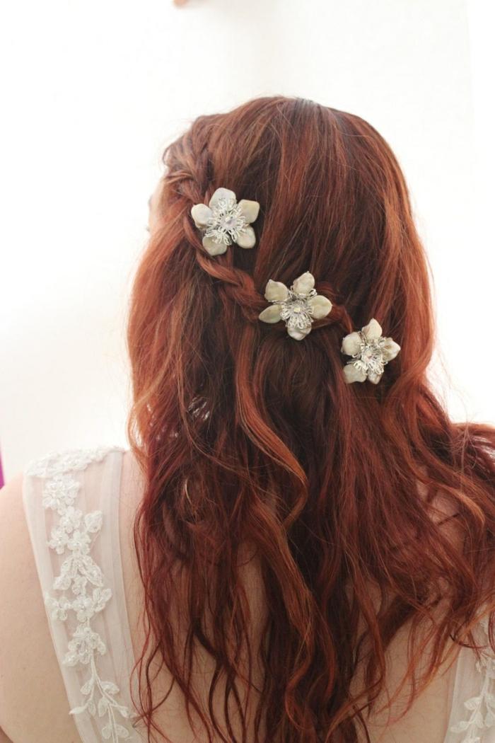 semirecogido con preciosos adornos en el pelo, detalles decorativos en forma de flores, ideas de peinados medievales pelo suelto