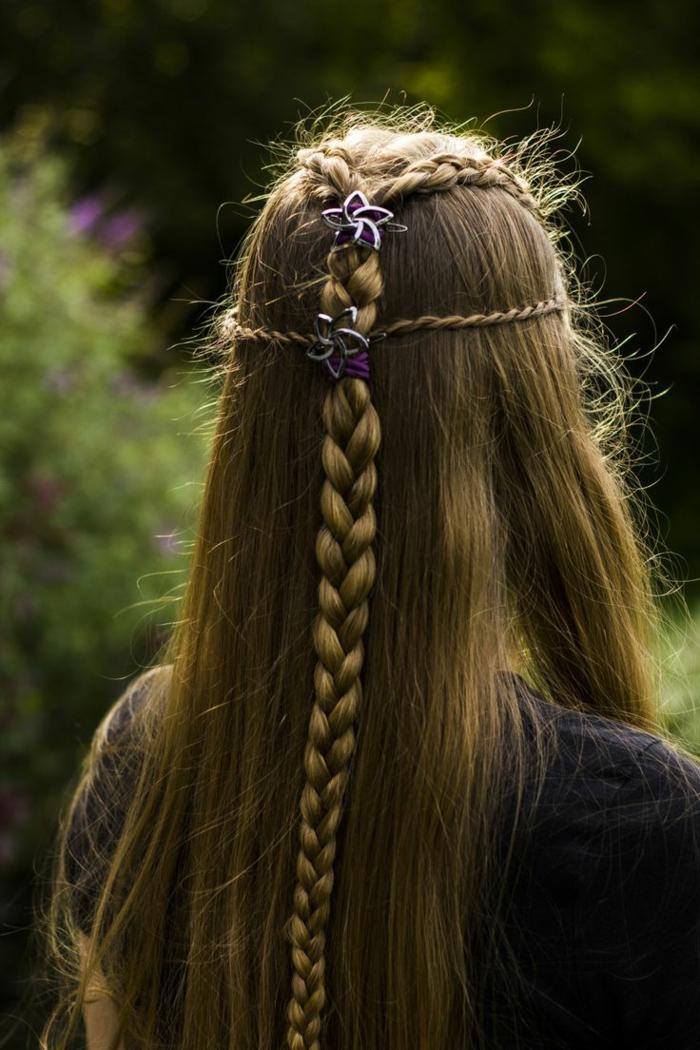 los mejores ejemplos de peinados medievales pelo suelto, larga melena lisa con bonita trenza y detalles decorativos en el pelo