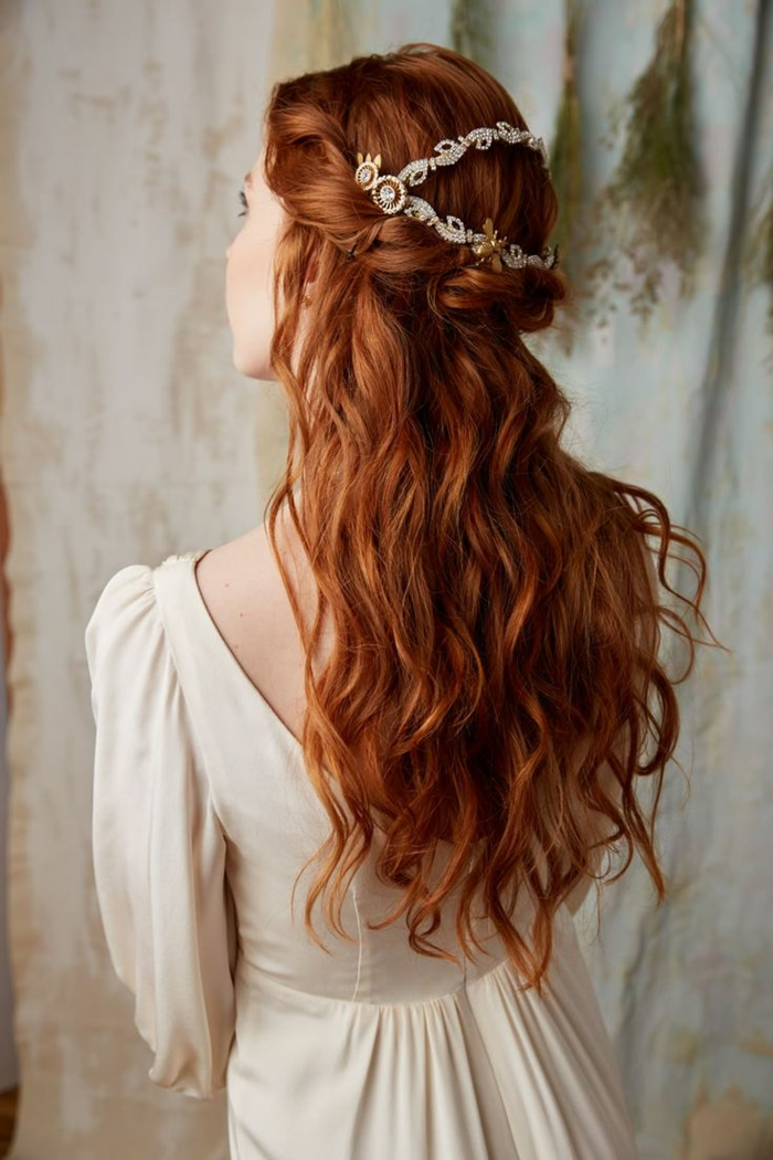 semirecogidos bonitos melena larga, pelo largo rizado con bonito trenzado y diadema en la cabeza, peinados medievales pelo suelto