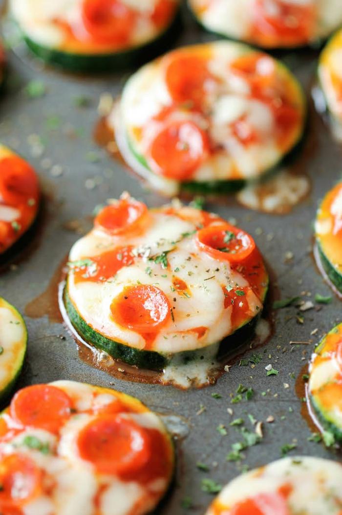 pizza de calabacín con queso y tocino, menus para adelgazar, ideas de comidas ligeras para el verano paso a paso