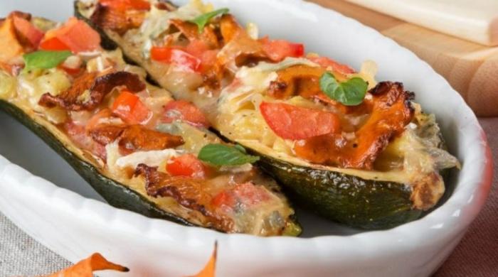barco con quesos y verduras con albahacas, ideas originales de comidas rapidas y sanas, comidas para comer en verano