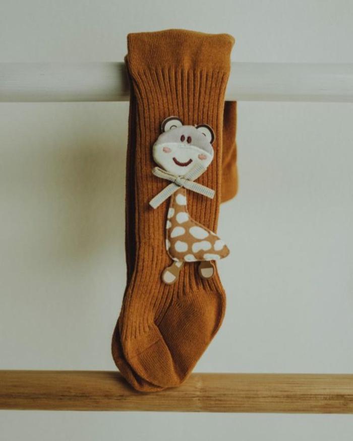 calcetines bebé con jirafa super simpáticos, las mejores ideas de pequeños detalles para regalar a un bebé, regalos personalizados para bebes recien nacidos