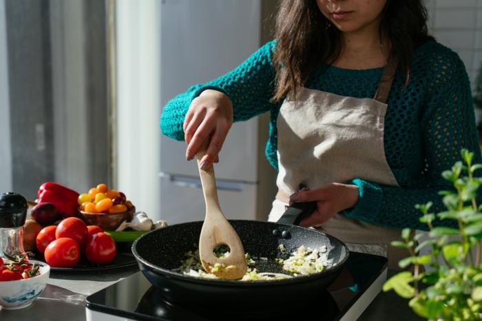 pasos para hacer sopas caseras, cebolla y apio en sartén con tomates, ideas de recetas para hacer en verano para toda la familia