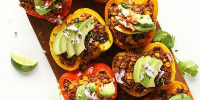 pimientos rellenos con quinoa, aguacate y cebolla roja, propuestas de recetas bajas en calorías para hacer en casa