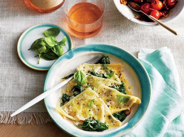 pasta casera baja en calorías, pasta con espinacas y pesto, recetas bajas en calorías, comidas ligeras originales y fáciles de hacer