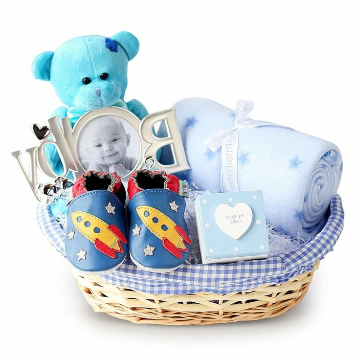 canastilla de regalos bonitos, cestas personalizadas con pequeños detalles, zapatos de astronauta, manta, peluche