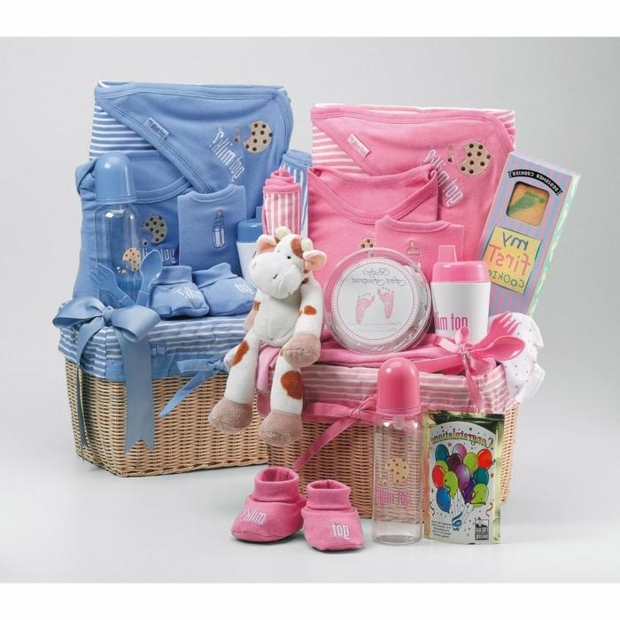 dos cestas de regalos para bebé niño y bebé niña en azul y rosado, ideas de regalos utiles para bebes y originales