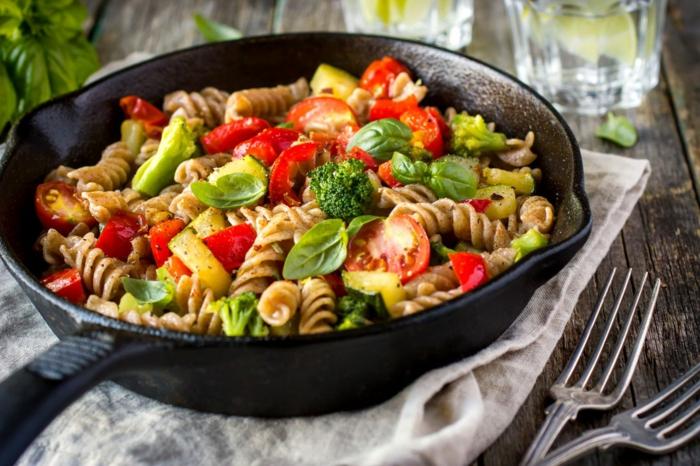 pastas ricas y saludables, pasta casera vegana con espinacas, brócoli, tomates uva y calabacines, ideas de menus para adelgazar