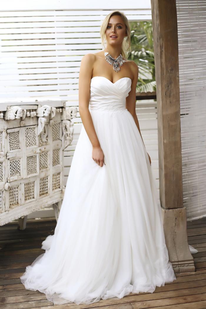 preciosos diseños de trajes de novia 2019, vestido de novia corte princesa en estilo clásico, falda de tul y escote barco