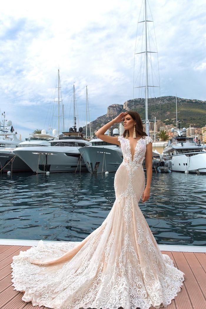 cuáles son las mejores propuestas de trajes de novia 2019, largo vestido color marfil con bordados blancos, ideas de trajes de novia 2019