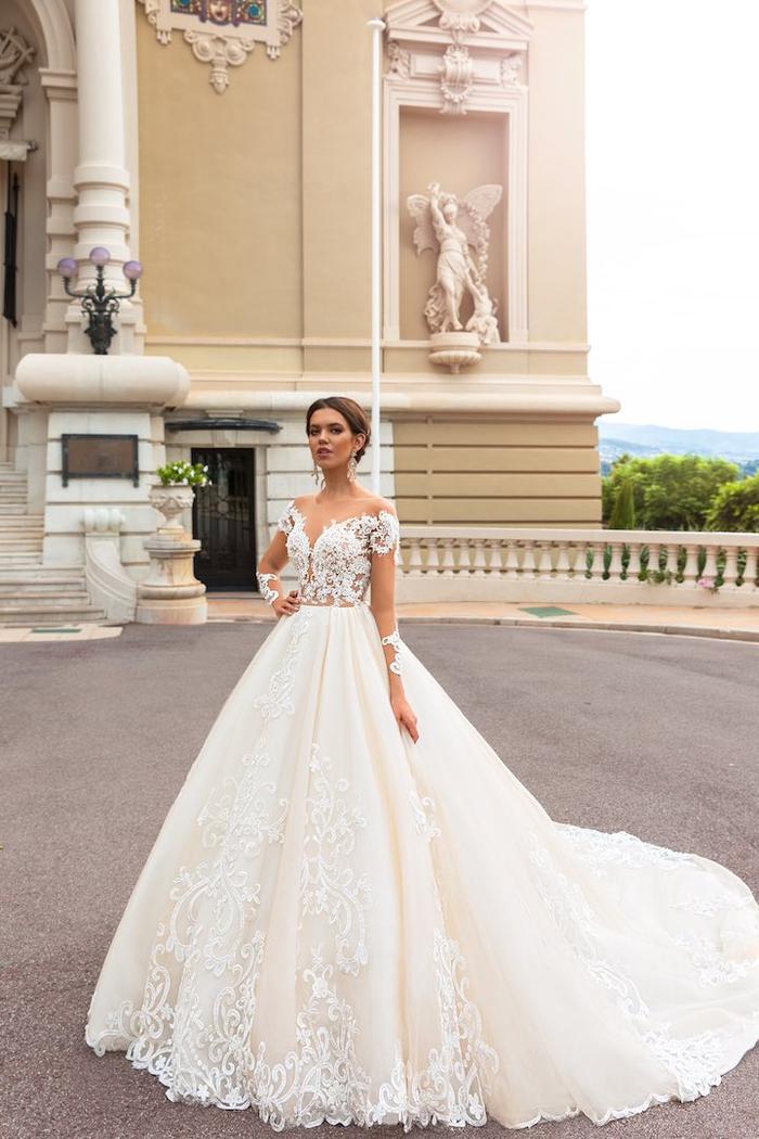 preciosas propuestas de trajes de novia 2019, adorable vestido color champán con larga falda y parte superior de encaje