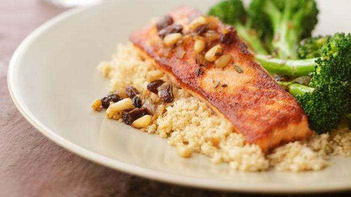 cenas sanas que no engorden con pescado, salmón al horno con quinoa blanca y brócoli, recetas ricas paso a paso