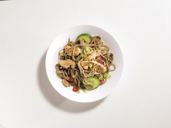 espaguetis integrales, pollo, pepinos y chile, ejemplos de cenas sanas que no engorden, comidas caseras para adelgazar