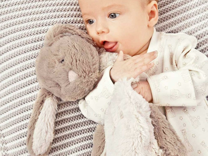 peluches para regalar a un bebé pequeño, peluche conejo para bienvenida de bebé, originales ideas de regalos en imagines