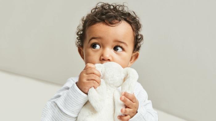 ejemplos de regalos para bebes recien nacidos, sugerencias sobre qué regalar a un bebé recién nacido, peluche conejo