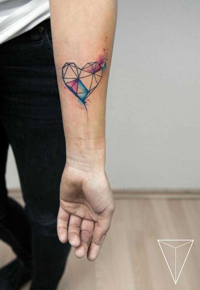 tatuajes geometricos en el antebrazo, diseños de tatuajes de corazónes, corazón geométrico en acuarelas, tatuaje corazón geométrico