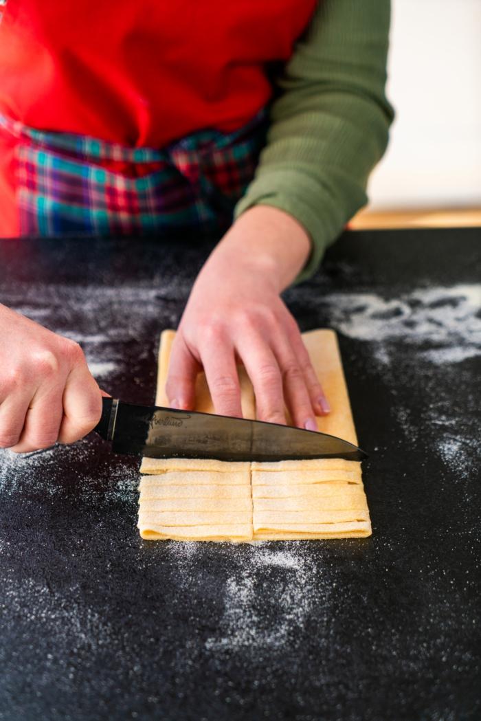 cortar los tagliatelle, ideas de recetas caseras ricas para el verano, ideas de recetas de pasta, pasta vegetariana con setas y ajos