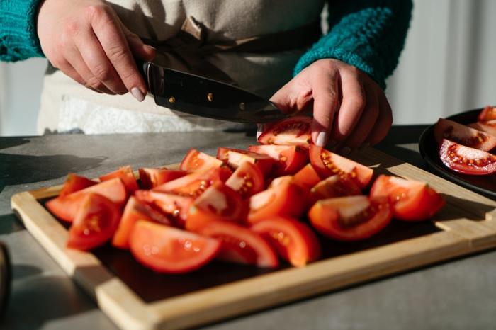 pasos para hacer una sopa de tomate, cortar tomates frescos, añadir orégano y colocar en el horno, recetas fáciles y rápidas