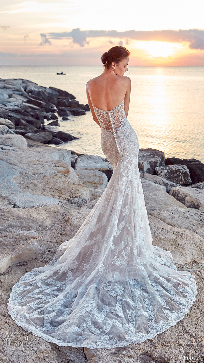 precioso vestido en color marfil, originales propuestas de trajes de novia 2019, vestido de corte sirena con larga falda