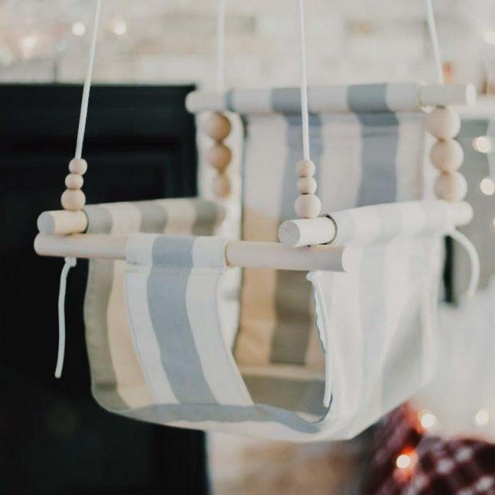 preciosa cuña colgante de madera en blanco y azul, regalos para bebes recien nacidos super bonitos y prácticos