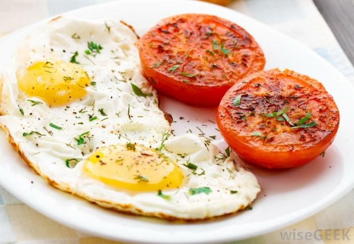 ideas de desayunos para hacer en casa en 10 minutos, huevos frutos y tomates a la parrilla, cenas sanas que no engorden