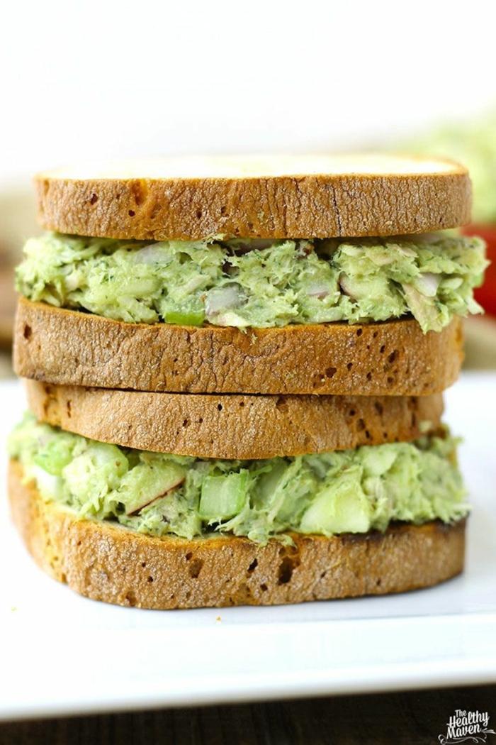 desayunos saludables con comidas bajas en calorias, bocadillo con tuna y aguacate, las mejores recetas de comidas saludables