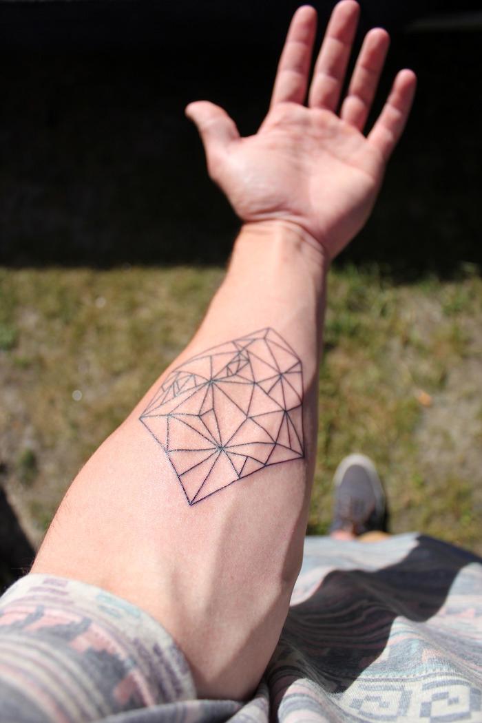 tatuajes geometricos en el brazo, diseños de tatuajes originales y atractivos para hombres y mujeres, tattoos geometricos