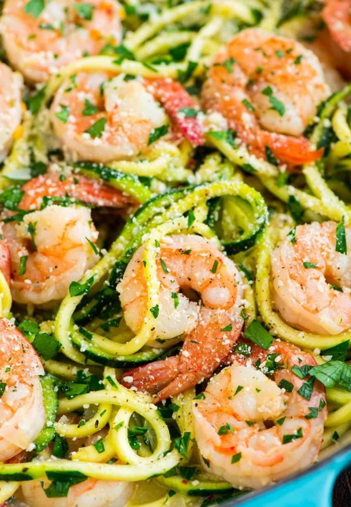 gambas con calabacines y pasta, comidas bajas en calorias, originales ideas de recetas para hacer en verano, platos con mariscos