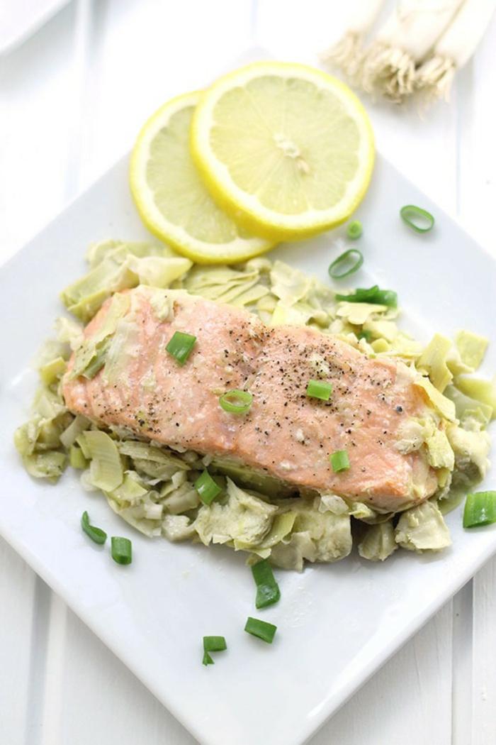 salmón cocido con alcachofas, cebolla verde y limón, originales recetas de platos para adelgazar, platos con pescado
