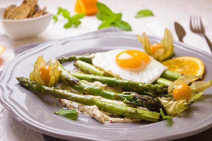 propuestas de dieta sana para adelgazar en imagines, espárragos cocidos a la parrilla con huevos fritos, tomates uva