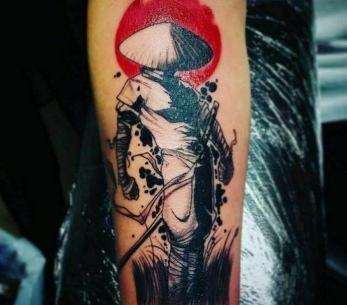 dibujos de tatuajes originales en el antebrazo, dibujos para tatuajes en bonitas imagines, tatuaje samurai con tinta negra y roja