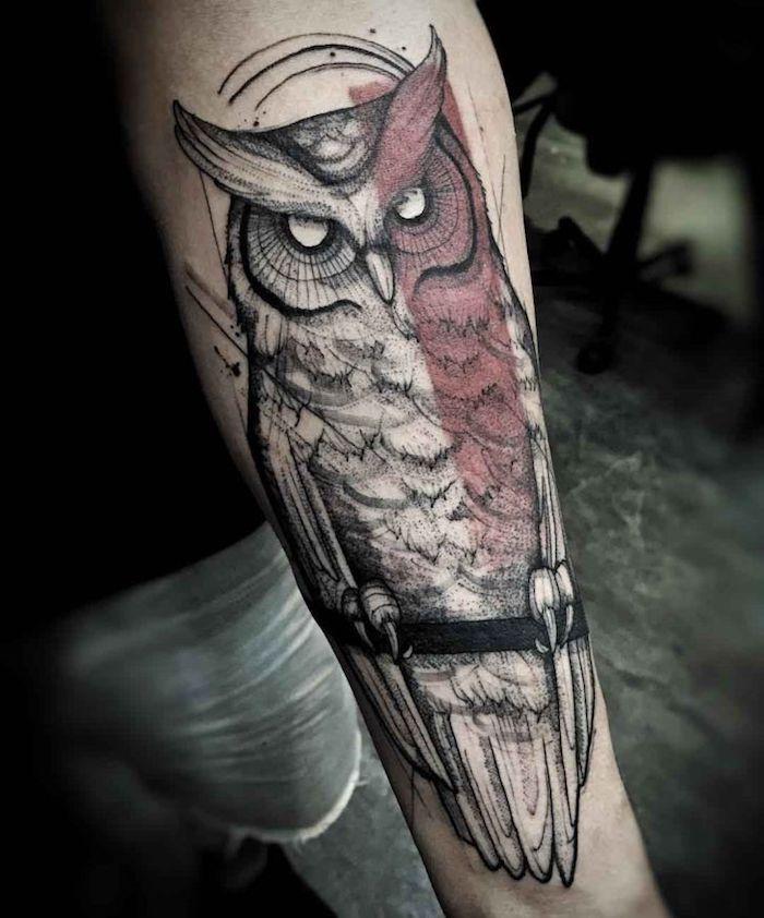 búho tatuado en el antebrazo con elementos geométricos, tatuajes antebrazo hombre, más de 100 fotos de tatuajes