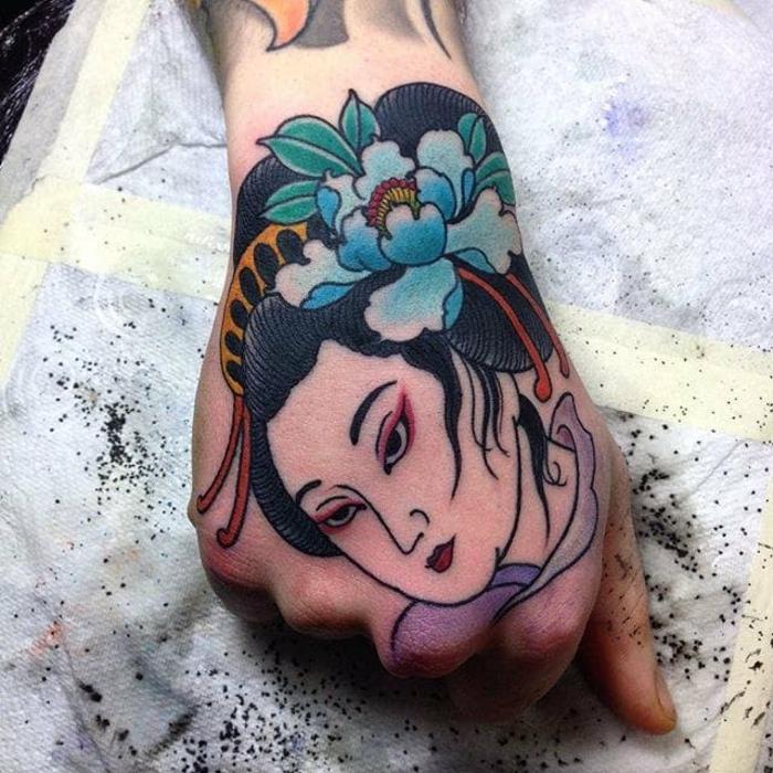 tatuaje geisha en la mano, adorables propuestas de tattoos japoneses femeninos, diseños de tatuajes unicos en fotos