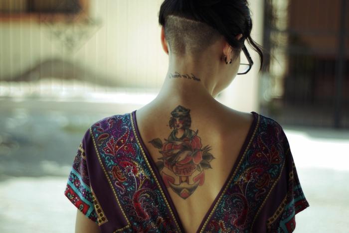 tatuaje old school en la espalda, diseños de tatuajes coloridos únicos. tatuajes de la vieja escuela para hombres y mujeres