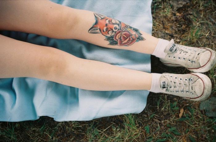 elementos simbólicos de los tattoos japoneses, tatuaje de zorro y rosa en la pantorrilla, diseños de tattoos únicos