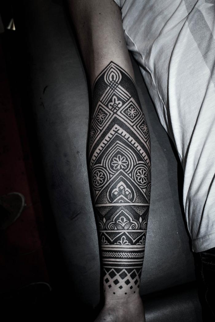 preciosos diseños de tatuajes maories con un fuerte significado, imagines de tatuajes antebrazo hombre, brazo entero tattoo