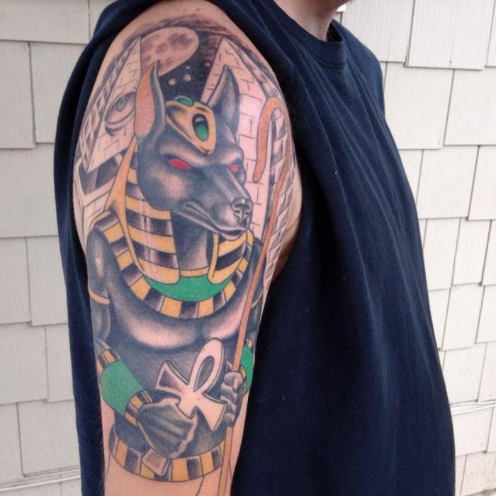 brazo entero tatuado en el brazo, grande tatuaje en colores en el brazo, tatuajes con significado originales y bonitos