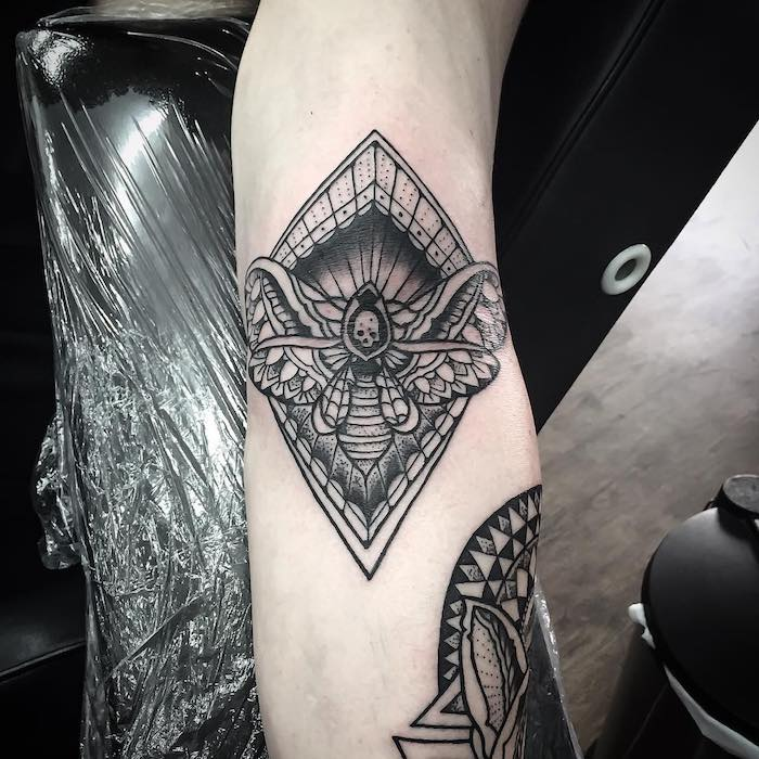 tatuaje simbólico calavera, mariposa, ideas de tautuajes geométricos originales, tatuajes antebrazo hombre, tattoo geométrico