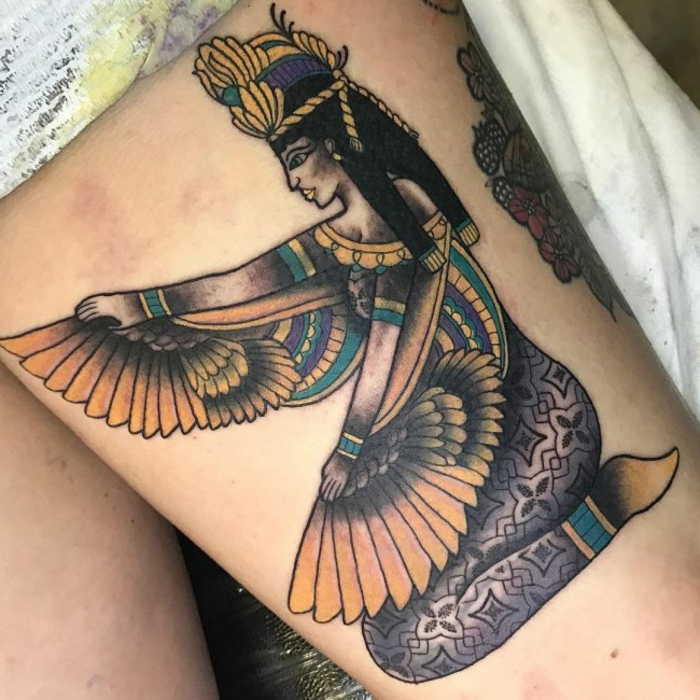 ideas de tatuajes de faraones y faraonas, colorido tatuaje en la cadera, tatuajes con significado bonitos, diseños de tatuajes en fotos