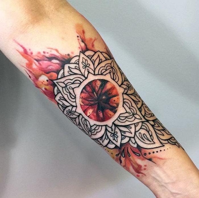 tatuajes antebrazo hombre con simbolos, tatuaje con mandalas, llamas, tattoos simbólicos, tatuajes ornamentados unicos