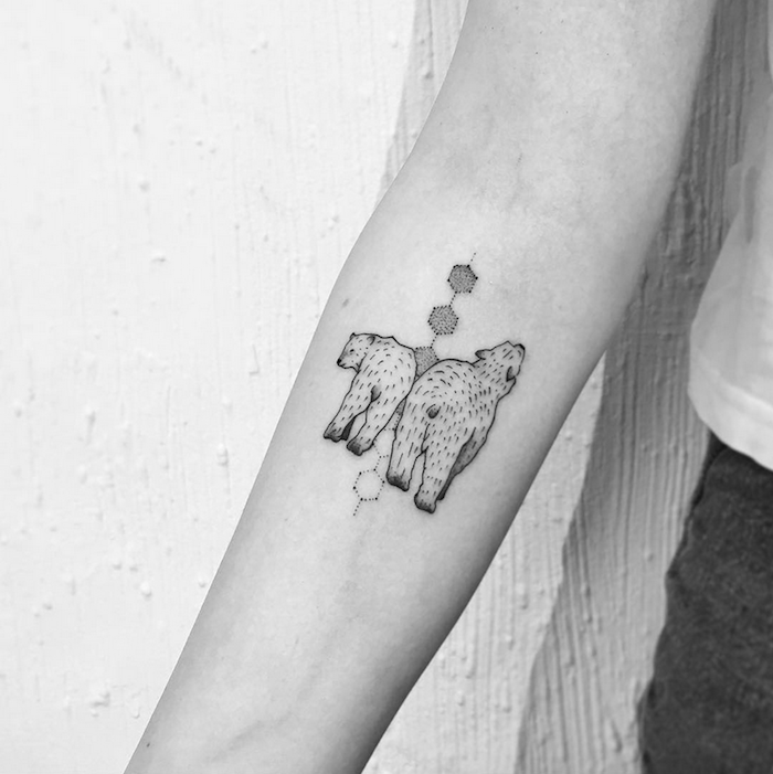 hermoso diseño geométrico en el antebrazo, dos pandas y elementos geométricos, pequeño detalle con hexágonos en el antebrazo