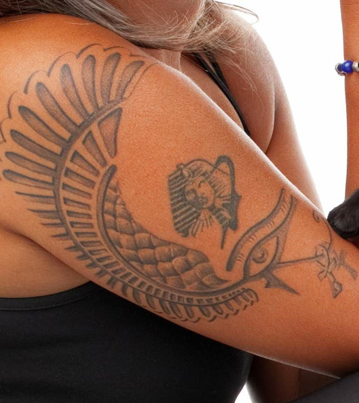 tatuajes brazo mujer con símbolos egipcios, diseños de tatuajes con significado, más de 70 fotos de tattoos para hombres y mujeres